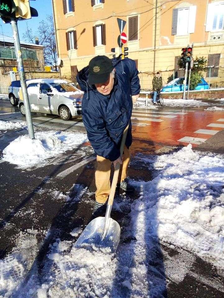 I volontari di Salvaiciclisti puliscono le principali piste ciclabili dalla neve.