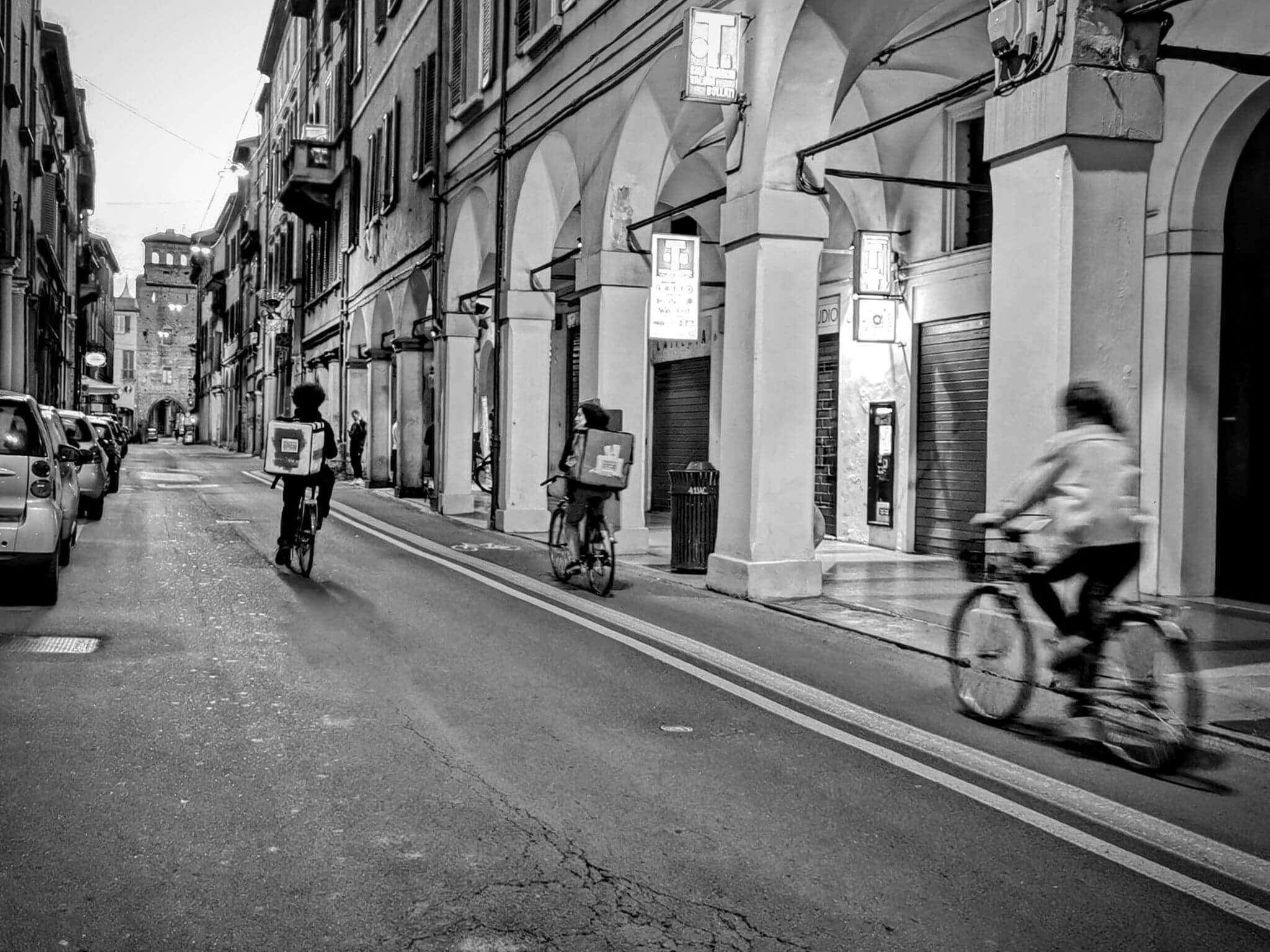 A fine mese l'avvento del primo lockdown: strade deserte e solo decine di rider che girano per la città. Foto di Margherita Scarano
