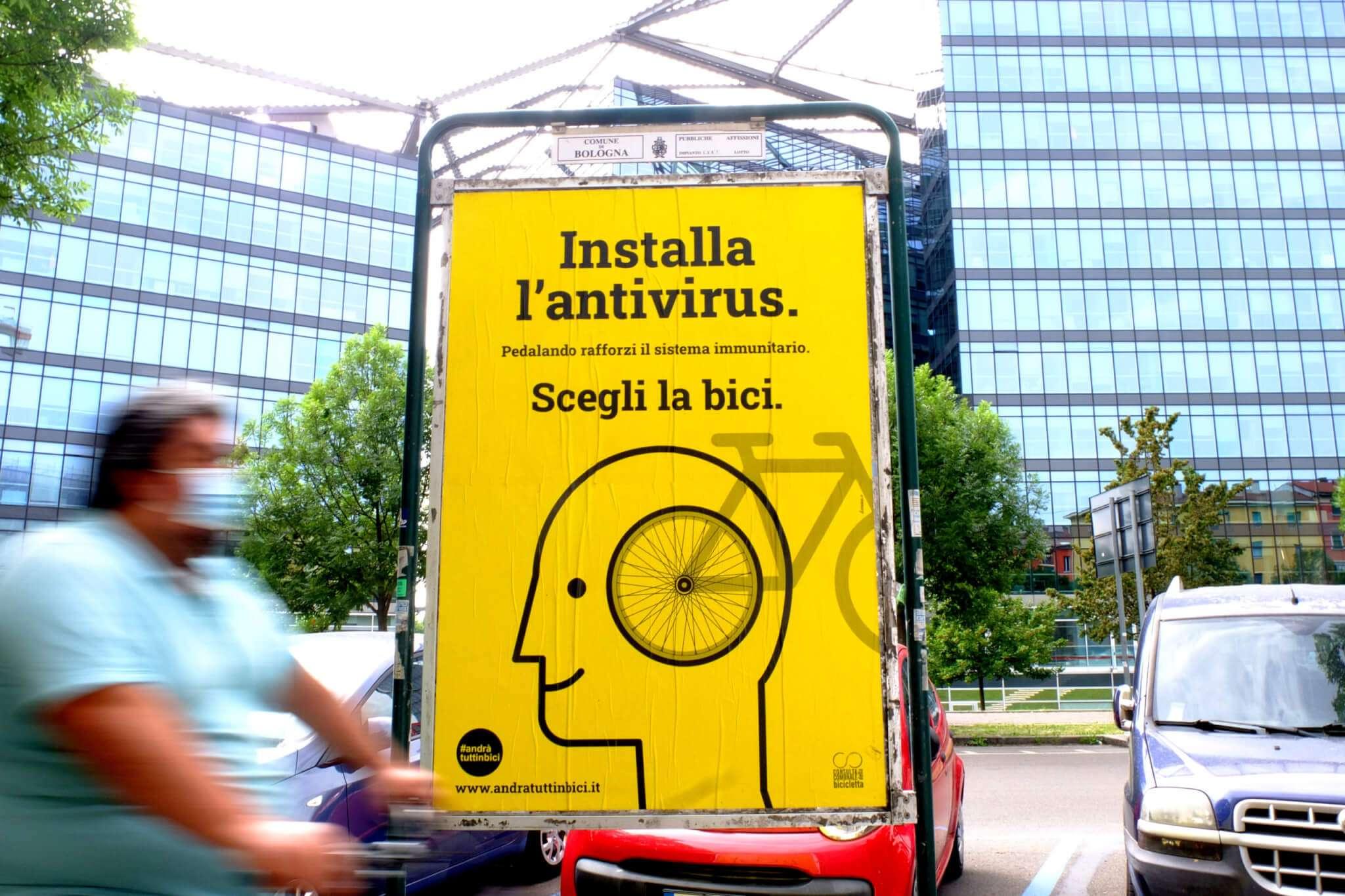 Con un crowdfunding e più di 400 donatori sulle strade di Bologna compaiono i manifesti gialli di Andràtuttinbici, che verrà adottata da altre 14 città italiane nel corso dell'anno. Foto di Roberto Tomesani