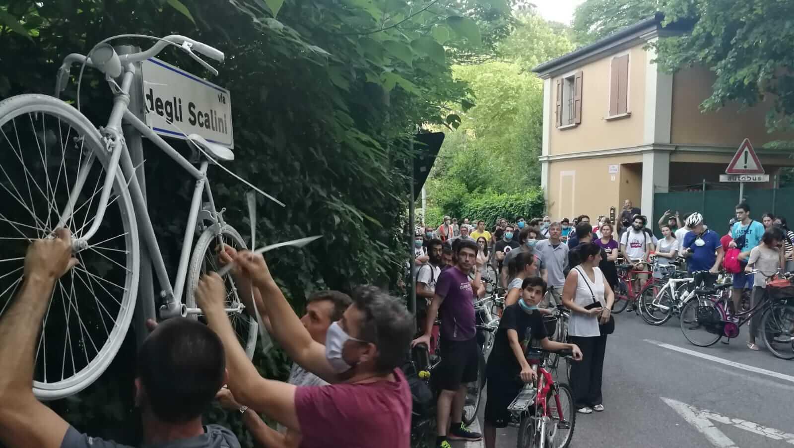 Finalmente liberi di pedalare, portiamo il nostro ricordo per Matteo Prodi in via di Barbiano: a soli 19 anni morto in un omicidio stradale sui colli, zona di Bologna sempre più spesso teatro di incidenti gravi senza controllo della velocità.