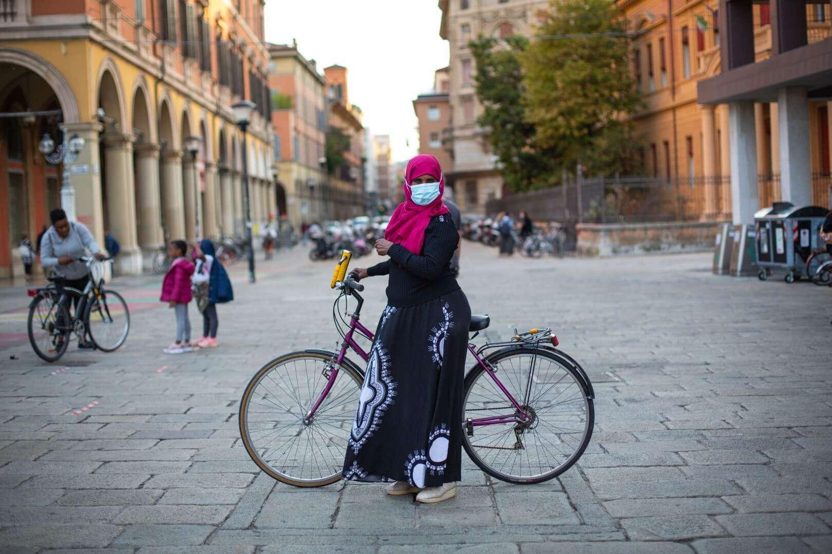 A Bologna è ancora estate di tregua dal covid: con il progetto Biciliberatutte presentato a Visioni a Catena, abbiamo insegnato ad andare in bici a 20 donne straniere e migranti. Foto di Max Cavallari